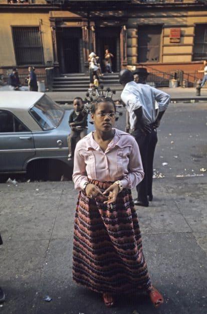 Harlem: The Ghetto. New York City- Harlem- juillet 1970: le ghetto; portrait d'une Ètudiante en Ethnologie, fumant une cigarette et dont la coiffure et la parure puisent leurs racines aux sources africaines. (Photo by Jack Garofalo/Paris Match via Getty Images)