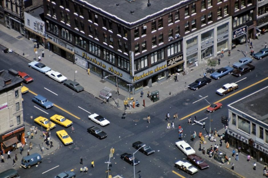 Harlem: The Ghetto. New York City- Harlem- juillet 1970: le ghetto; vue aÈrienne d'un carrefour ‡ Amsterdam Avenue, avec ses taxis jaunes. (Photo by Jack Garofalo/Paris Match via Getty Images)