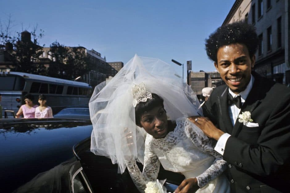 Harlem: The Ghetto. New York City- Harlem- juillet 1970: le ghetto; un couple de mariÈs afro-amÈricains sourit avant d'entrer dans une limousine noire. (Photo by Jack Garofalo/Paris Match via Getty Images)