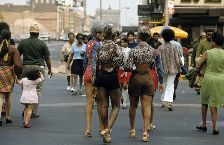 Harlem: The Ghetto. New York City- Harlem- juillet 1970: le ghetto; femmes traversant une rue. (Photo by Jack Garofalo/Paris Match via Getty Images)